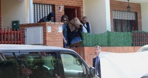 """Momento en que los agentes sacan de la casa a Bruno, conocido ya como """"el descuartizador"""""""