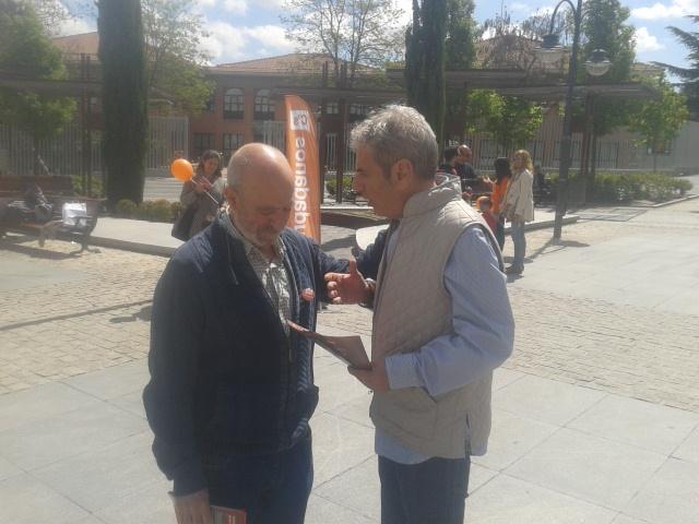 Alfonso Reina explica su programa a un vecino de Majadahonda