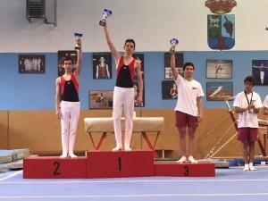Gimnastas de la categoría en el podium