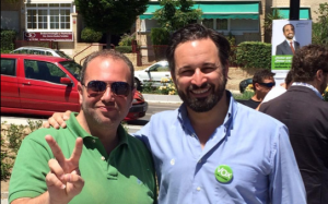 Santiago Abascal (derecha) junto a uno de sus simpatizantes majariegos