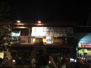 Pegada de carteles en la noche del inicio de campaña