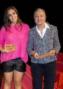 María España, con la ganadora del concurso literario