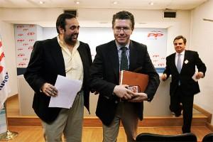 La única foto conocida de Willy Ortega, Granados y Foxá, al fondo