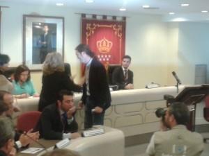 Celia Alcalá Gómez (de verde a la izquierda) en el pleno de investidura