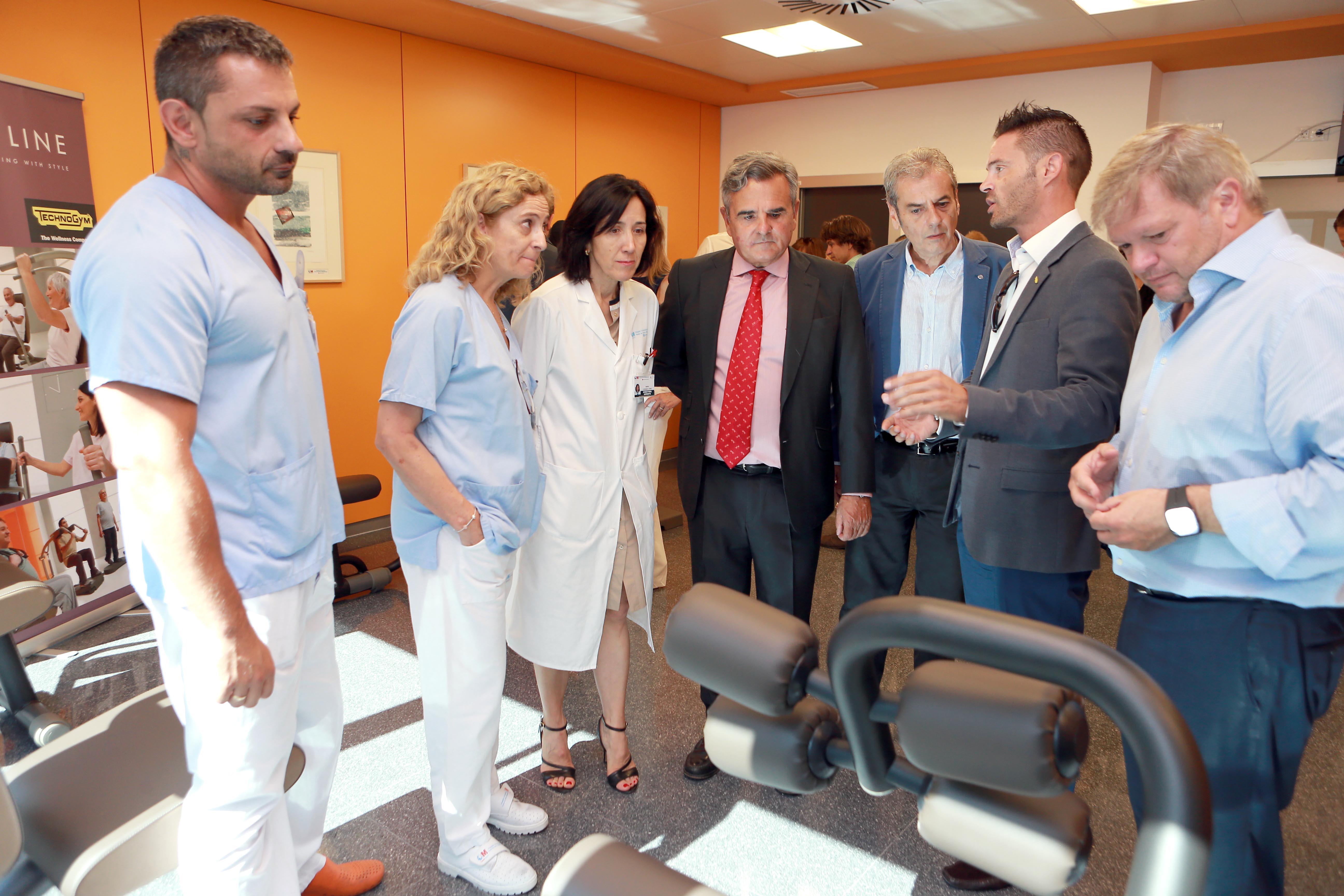 Médicos, sanitarios, alcalde y concejales de PP, Cs y PSOE, en el acto de donación.