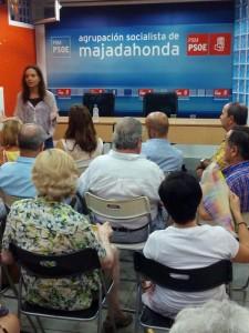 Sara Hernández y en primera fila de espaldas Javier Vales