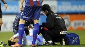 Del Pino es atendido por los médicos del club