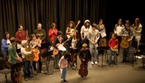 alumnos de la escuela Enrique Granados dando un concierto la pasada navidad 2014