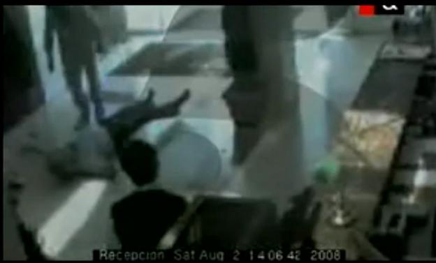 Momento del vídeo en el que Neira cae al suelo ante su agresor