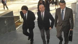 José Antonio Alonso Conesa (centro) con sus hermanos, accede a los juzgados