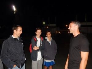 Aficionados del Rayo Majadahonda conversan con Amaya (derecha)