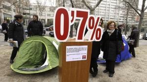 GRA028. MADRID, 20/12/2012.- Miembros de la Coordinadora ONG para el Desarrollo-España, coincidiendo con el debate de los Presupuestos Generales del Estado, ha protagonizado hoy una acampada simbólica, frente al Ministerio de Economía, para reivindicar la plena vigencia de los principios que hace 20 años llevaron a acampar a miles de personas de toda España para reclamar el 0,7 por ciento de la Renta Nacional Bruta para la cooperación al desarrollo. EFE/Kote Rodrigo