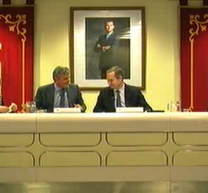 Narciso de Foxá y Ricardo Riquelme dialogan en el último pleno
