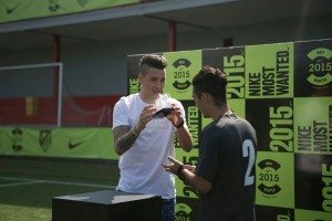 José María Giménez (At. Madrid) entrega el trofeo Nike a Ventura
