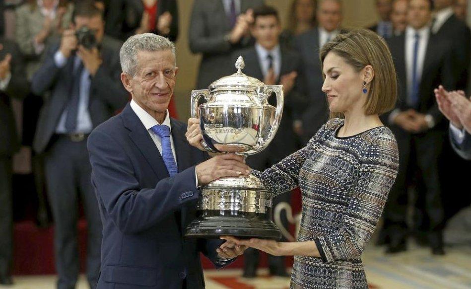 El padre de Carolina Marin recoge el premio de su hija