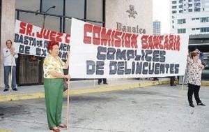 Fotografía de La Prensa de Panamá con los afectados por la quiebra