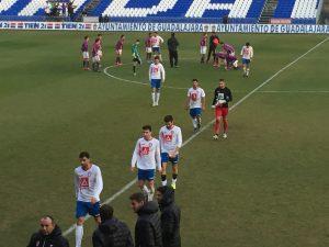 Raúl León (3º) abandona el terreno de juego con sus compañeros