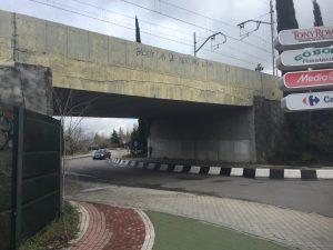 Fotografía con la alarmante grieta en el puente de RENFE