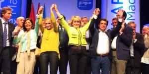 Foxá, a la derecha de la foto, en un acto con Aguirre y Cifuentes