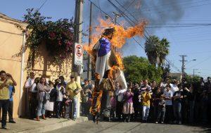 24 Abril 2011 En el Cerro Castillo se realizo la tradicional Quema de Judas donde asistieron los vecinos del sector esta actividad lleva más de 50 años realizándose en la ciudad de Viña del mar FOTO: PABLO OVALLE ISASMENDI/AGENCIAUNO