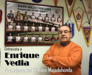 Enrique Vedia con la foto del anterior ascenso a 2ªB con Iriondo y Cerdán