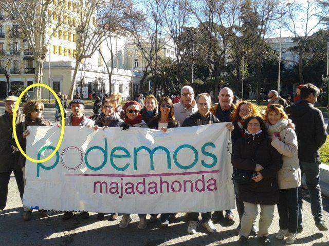 Paqui Sánchez, con una pancarta de Podemos