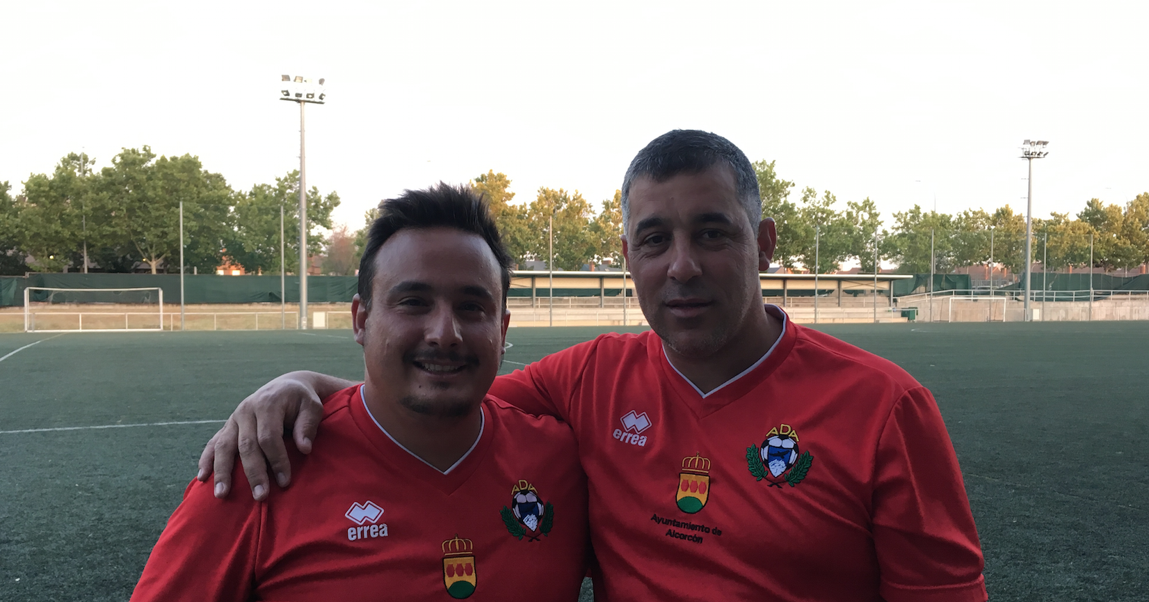 Jony Alba y Oscar Mena, con el escudo del Alcorcón