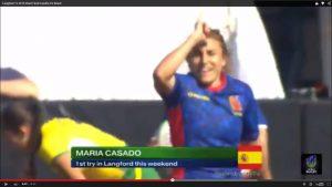María Casado, la jugadora y entrenadora del Club de Rugby Majadahonda, hace el popular gesto del Rhino