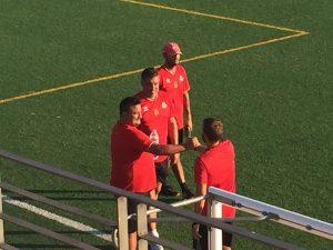 Jony Alba, Oscar Mena y Rafa Casado se saludan en su último amistoso en Majadahonda