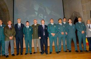 El juez Narciso Dueñas (centro) con miembros de la Guardia Civil