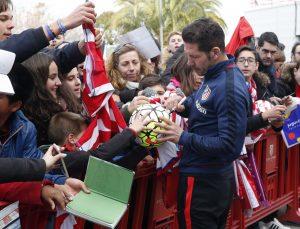 GRA118. MADRID, 05/01/2016.- El técnico del Atlético de Madrid, Diego Simeone, firma autógrafos tras el entrenamiento del equipo hoy en la Ciudad Deportiva de Majadahonda, ante unos 2.500 aficionados que animaron al conjunto rojiblanco. EFE/Zipi