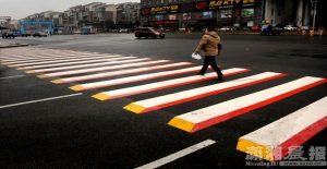 Algunas ciudades están repintando los pasos de cebra para obligar a disminuir la velocidad