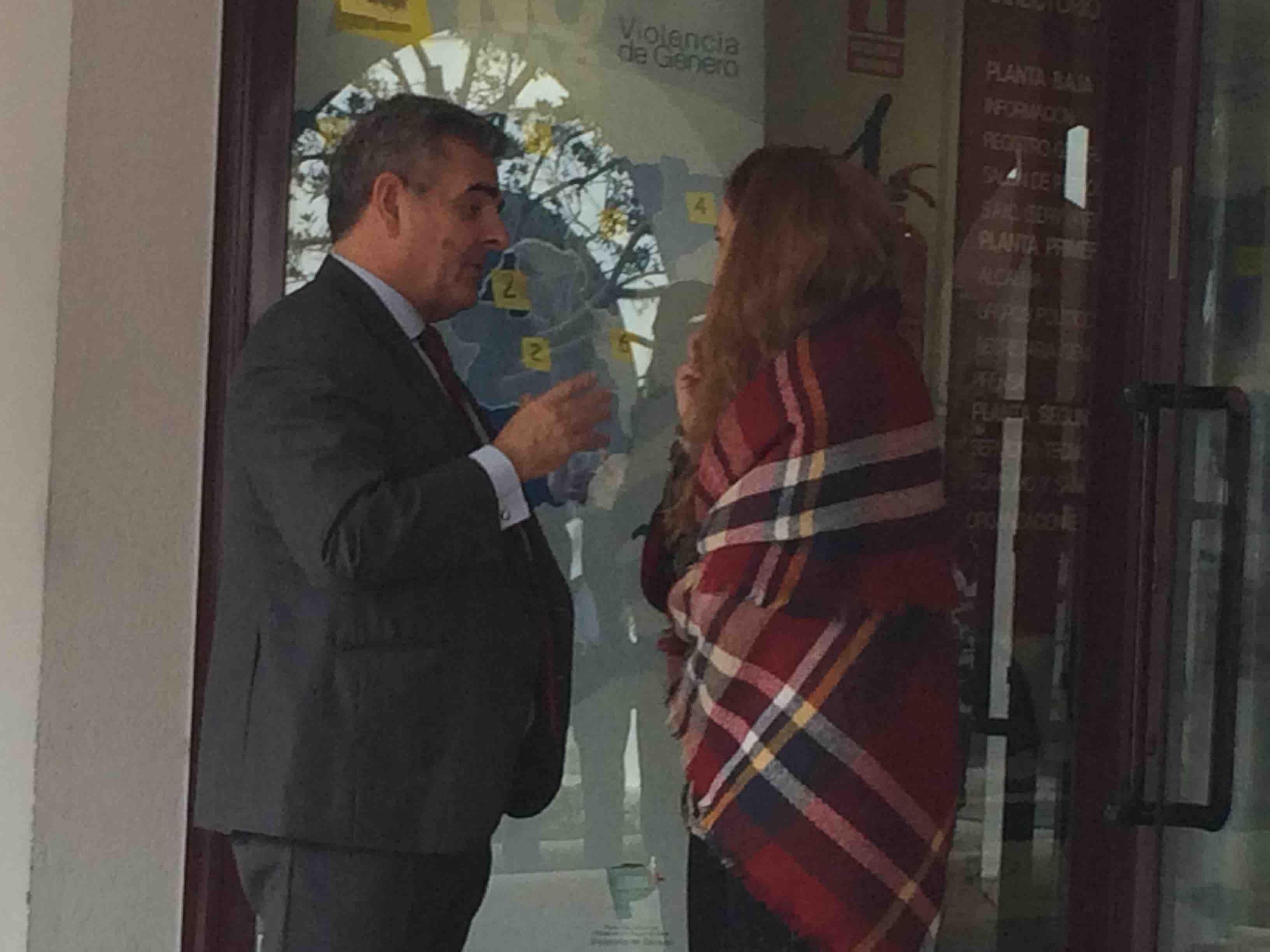 Foxá e Irene Salcedo dialogan en los soportales del Ayuntamiento tras la votación