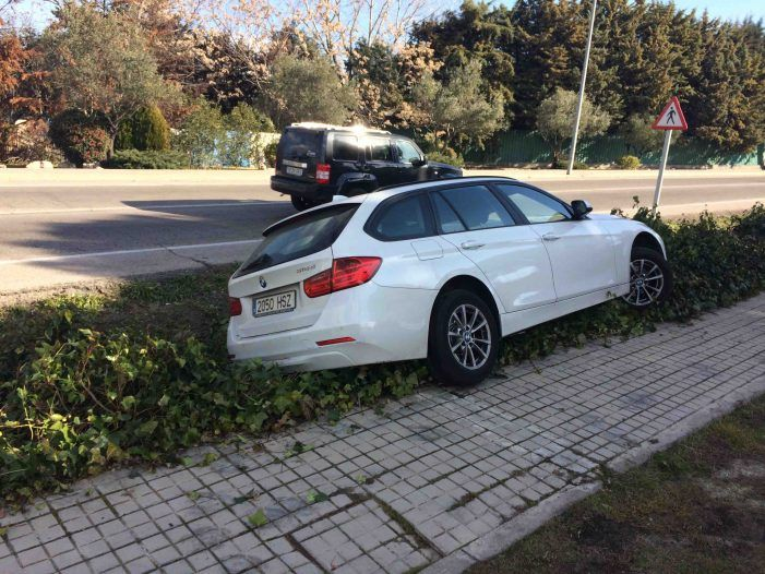 Otro coche de lujo (BMW) se sale de la carretera junto al puesto de Cruz Roja Majadahonda-Las Rozas