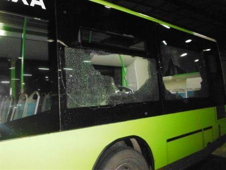 """Sigue la huelga de autobuses: """"actos vandálicos"""" y 18 lunas rotas"""
