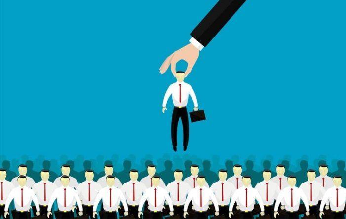 El economista Pedro Hernando Zapata enseña en Majadahonda a ser más competitivo para conseguir un empleo