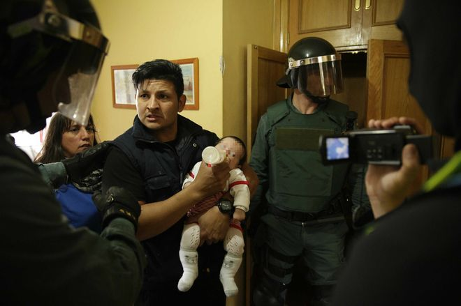 """""""Casas Rojas"""": normalidad e """"incidentes verbales"""" entre los vecinos y los grupos antidesahucios"""