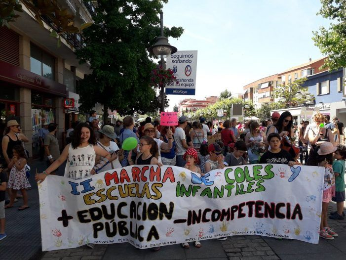 Los niños y los políticos protagonizan la marcha de los padres de las escuelas Talín y Tamaral (Majadahonda)