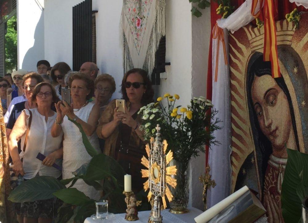"""Las fotos de la celebración del Corpus en Majadahonda: """"aquí también hay pobreza"""""""