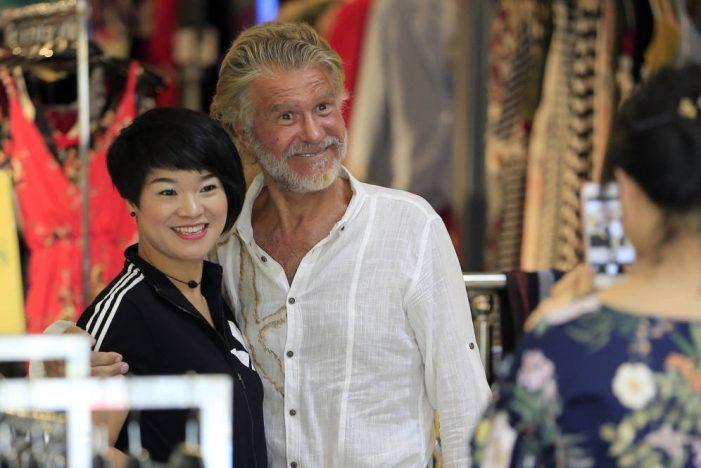 """Bigote Arrocet """"pone de moda"""" una tienda china de Majadahonda"""