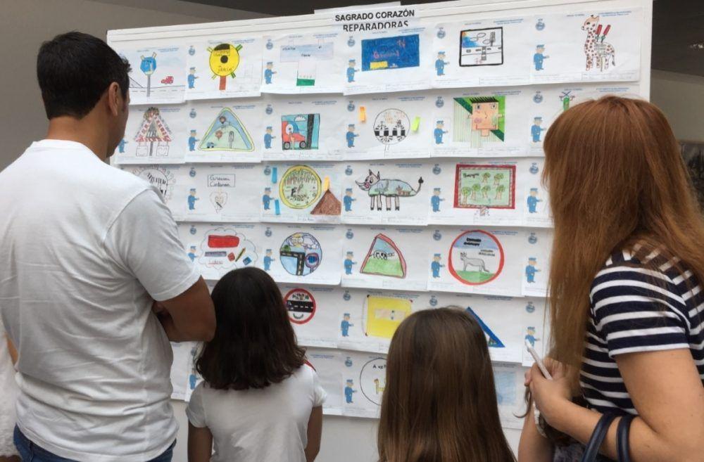 """15 colegios y 500 dibujos triunfan en el concurso """"Dibuja tu señal"""" de la Policía de Majadahonda"""