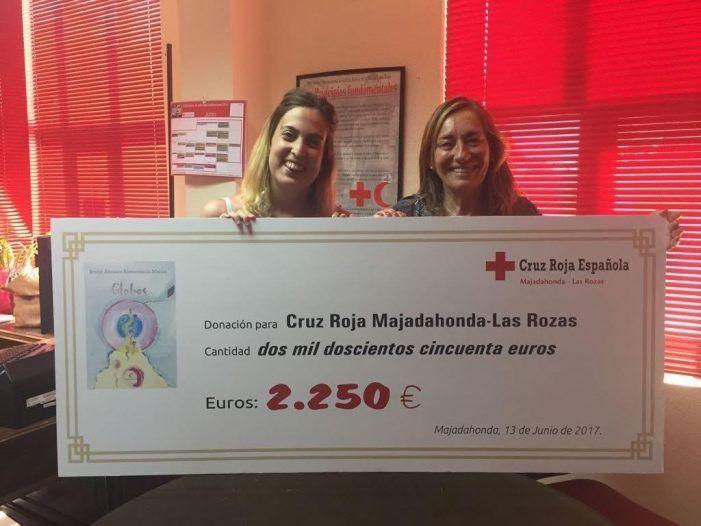 La majariega que escribió un libro tras la depresión de su hermano dona 2.250 euros a Cruz Roja