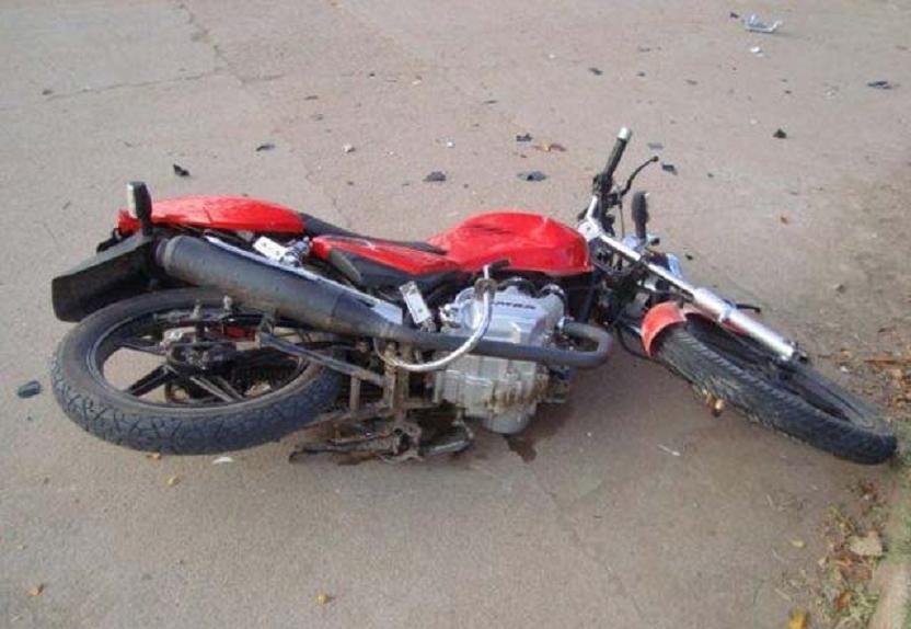 """El """"motero"""" que se estampó en Majadahonda chocó contra el bordillo: rotura de pierna y cara"""