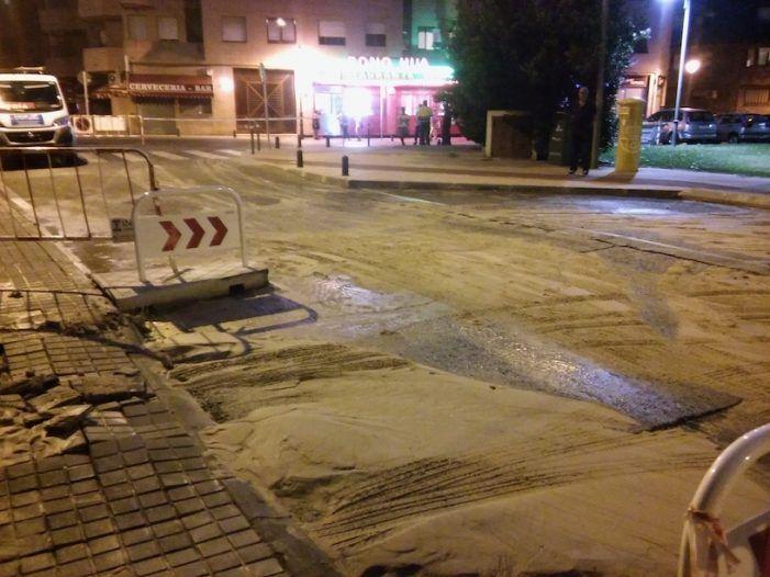 """Un geiser de agua """"brota"""" en Majadahonda e inunda una calle"""