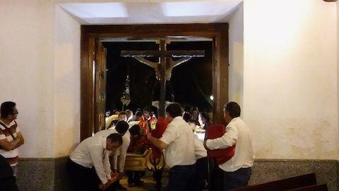 Fervor popular y emoción en Majadahonda durante el traslado del Cristo de los Remedios