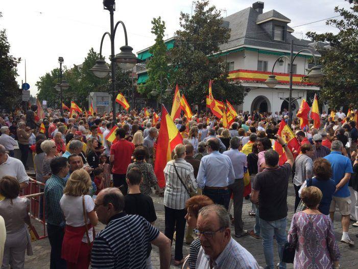 Espontánea y masiva manifestación en la plaza de Majadahonda a favor de España