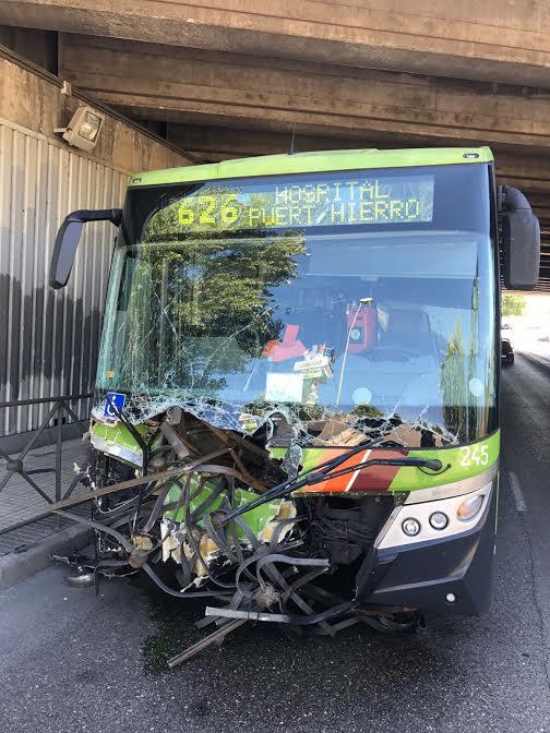 Un autobús de Majadahonda se lleva 14 metros de valla en un espectacular accidente sin heridos graves