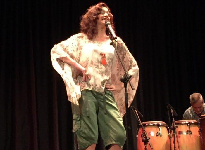 Carmen París canta en Majadahonda a las víctimas de género con jotas en inglés a ritmo latino y africano