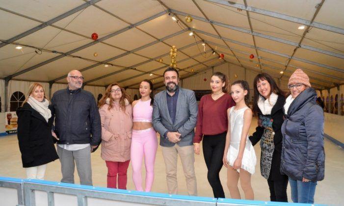 """Tres """"estrellas"""" de Majadahonda inauguran con éxito la nueva pista de hielo de Azuqueca de Henares"""