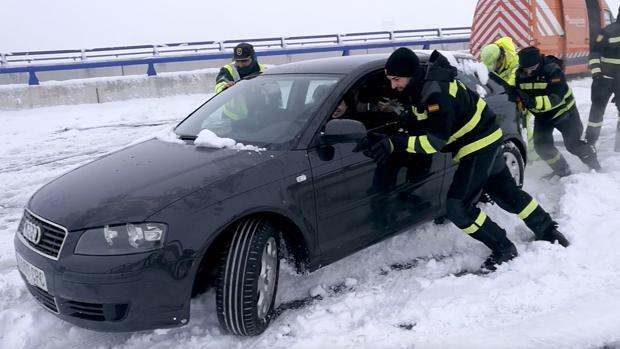 El Gobierno permite a Tráfico usar militares para solucionar bloqueos de nieve como el de la A-6